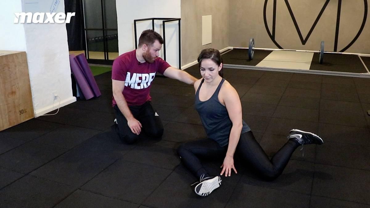 Hvis du sidder oprejst og løfter den bagerste fod, så træner du din hoftes interne rotation.