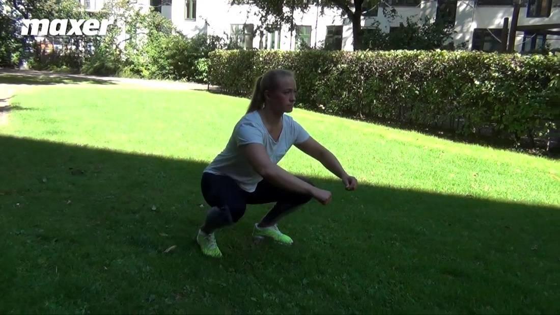 Udgangspunkt i anden er en squat. I din bundposition går du fremad ved at løfte hele foden.