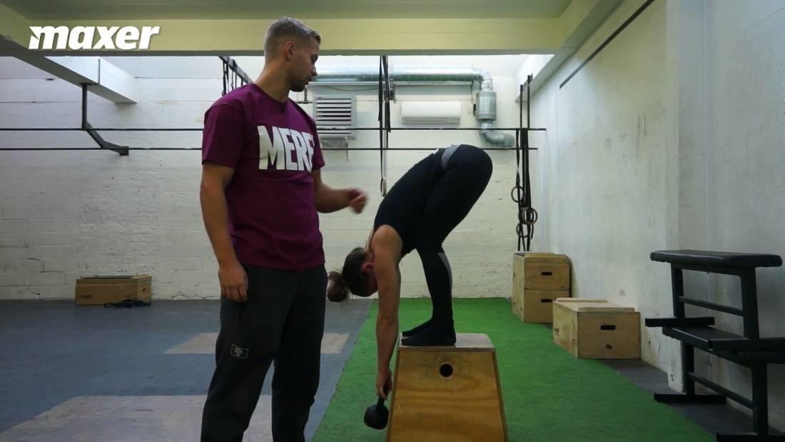 Du kan starte med at bøje benene lidt for at få overkroppen frem inden du strækker knæene gradvist ud.
