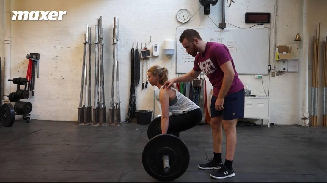 Hvis du starter for dybt med hoften, vil skuldrene komme på linje eller bag ved stangen og knæene komme i vejen på vej op.