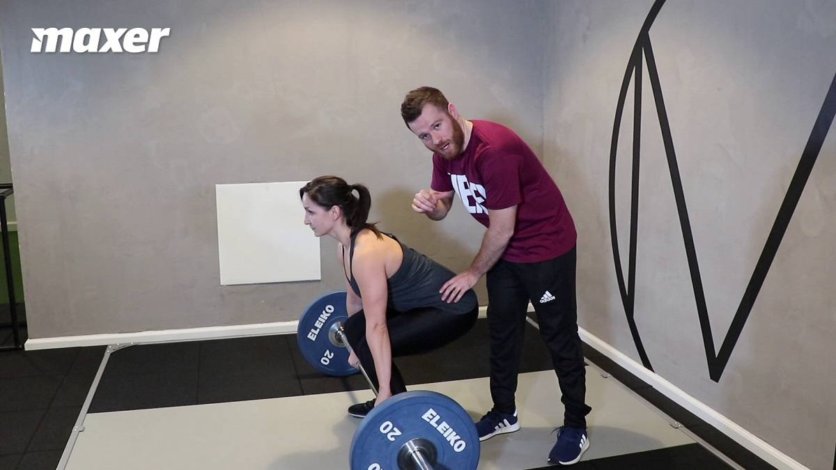 Hvis du starter med hoften for lavt, så vil dine skuldre komme på linje med stangen og hoften vil løftes som det første når du starter løftet.