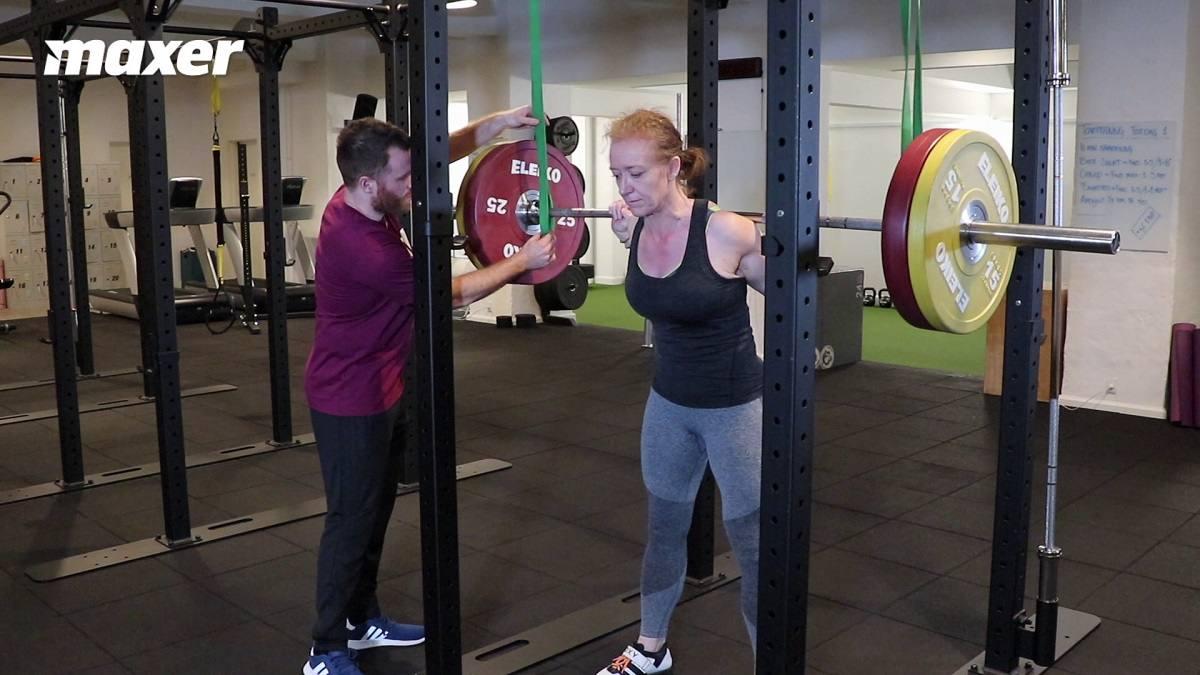 Med elastikker oppefra kan du ændre styrkekurven, så du får hjælp i bunden, hvor du er svagest, men løfter mere vægt i toppen, hvor du er stærkest.