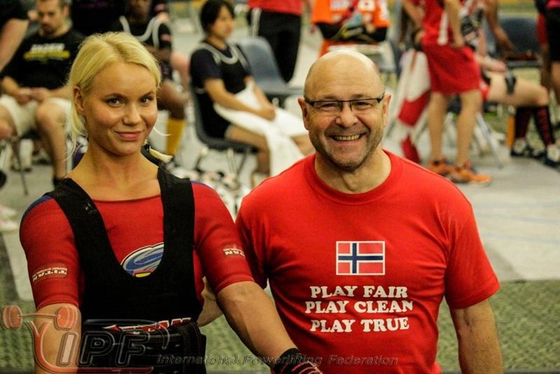 Erle Engmark klar til bænkpres med Dietmar Wolf.