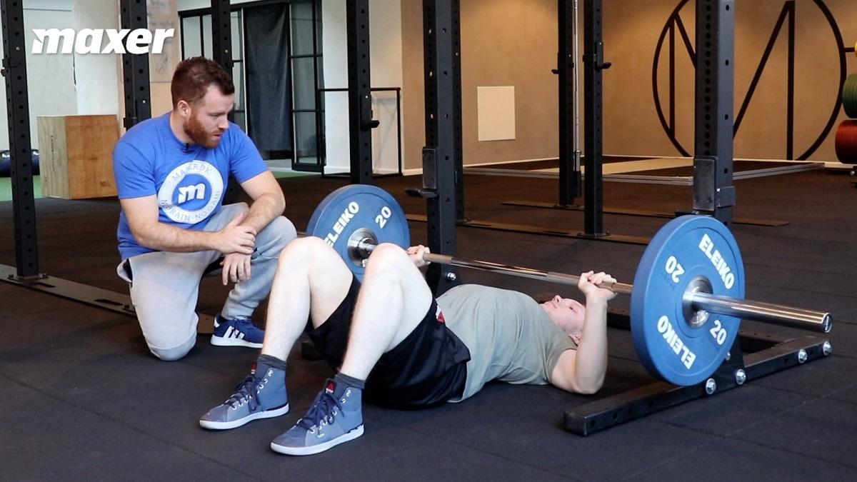 Floor press med stang træner især dine triceps på grund af den kortere vandring.