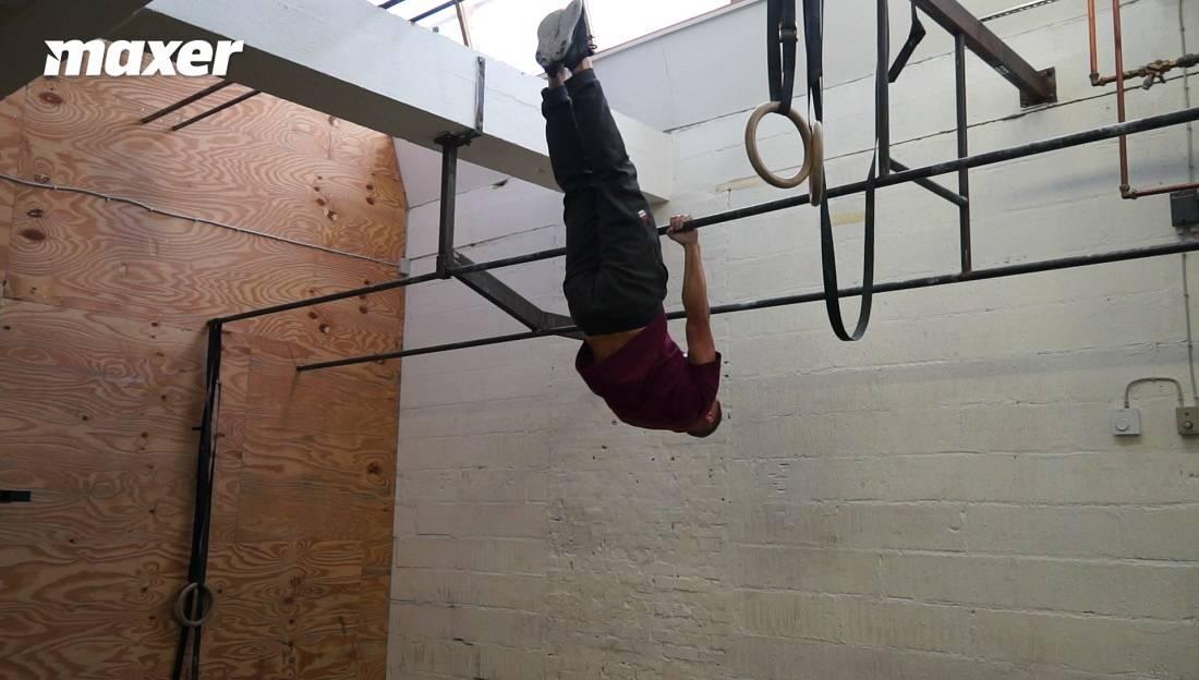 Inverted hang eller omvendt hæng træner din hollow position.