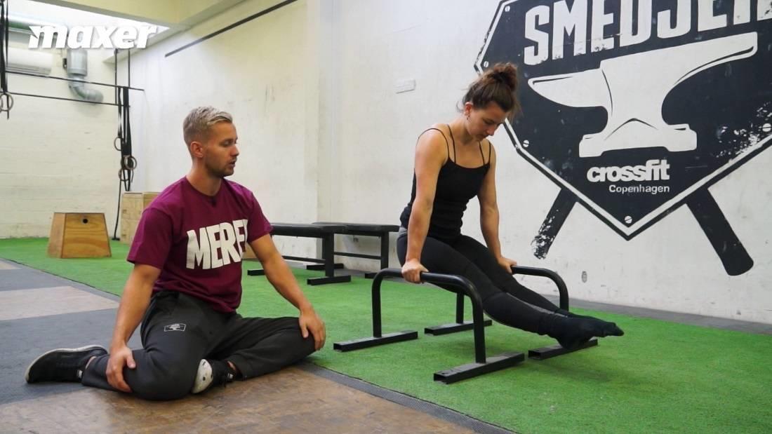 L-sit med paralletter hæver dig fra gulvet og kræver mindre mobilitet.