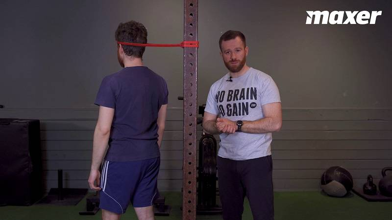 I nakkestræk med elastik trækker elastikken din nakke i forskellige retninger og styrke muskulaturen i nakkeregionen.