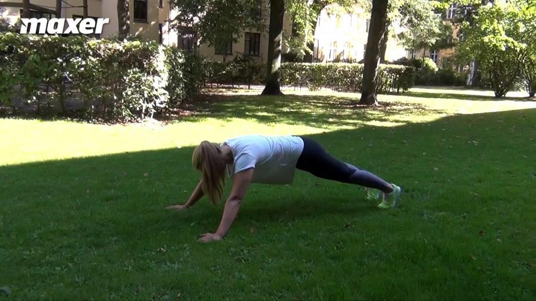 Derefter går du frem mod dine hænder med fødderne mens du forsøger at holde hælene i jorden så godt du kan.