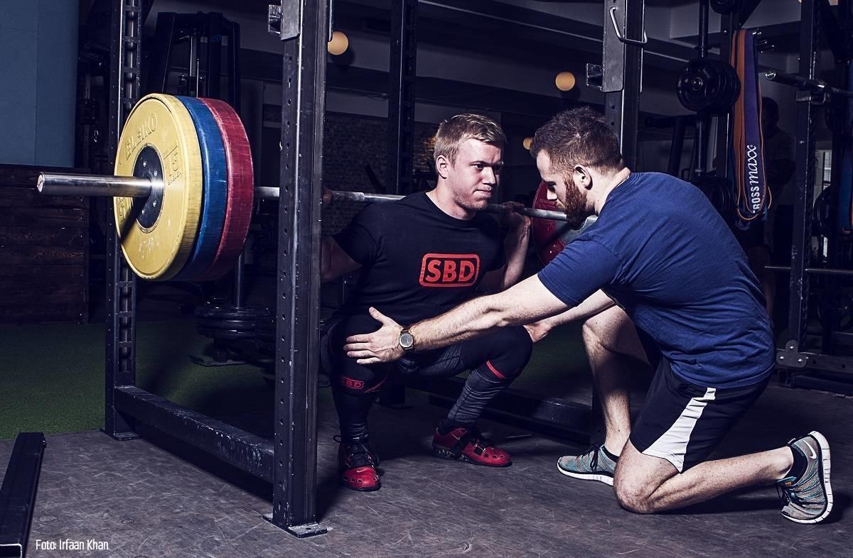Personlig træner arbejder med squat på Vesterbro.