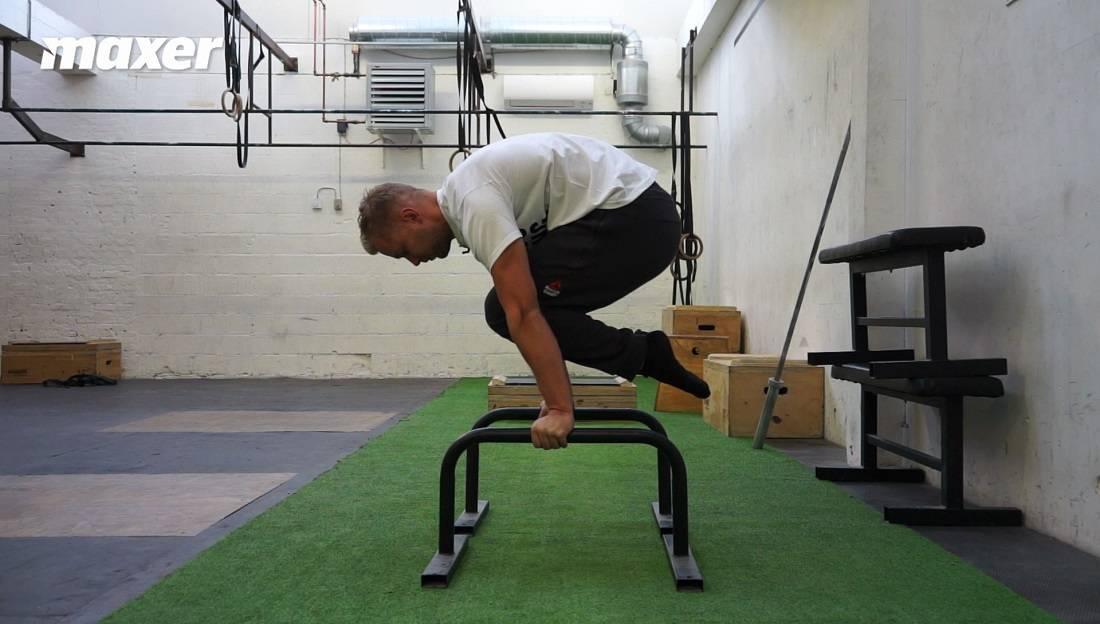 Planche med bøjede ben kræver mindre styrke, men lærer dig teknikken.