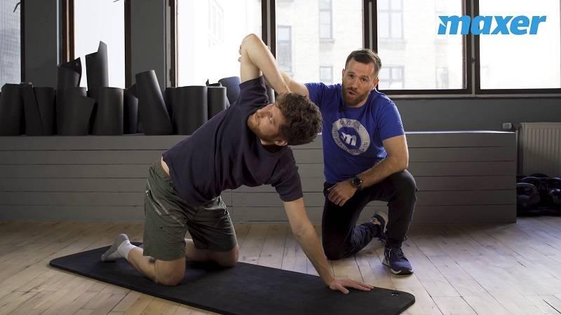 I rotation på alle fire roterer du ryggen fra side til side.