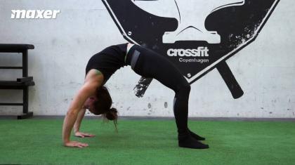 At gå i bro er en klassisk kropsvægtøvelse, som kræver stor bevægelighed i ryg og skulder.
