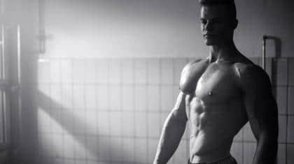 Daniel Risgaard dyrker naturlig bodybuilding og hjælper som personlig træner også atleter på scenen uden brug af doping.