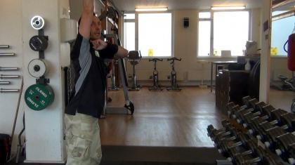Push press med kettlebell træner din overhead-styrke og evne til at overføre fart og kraft fra ben, hofte og core.