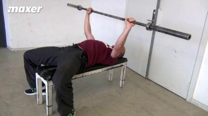 Krydsspænd i bænkpres giver dig øget stabilitet og styrke.