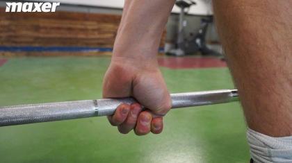Låsegreb (også kaldet hook grip) er nødvendigt at lære i vægtløftning.