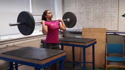 Du kan få et bedre opadstød (jerk) ved at lave øvelser som push press og kickstød.