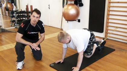 Planke med knæløft er en variant, der involverer aktiv bevægelse af benene og dermed dine mavemuskler og hoftebøjere.