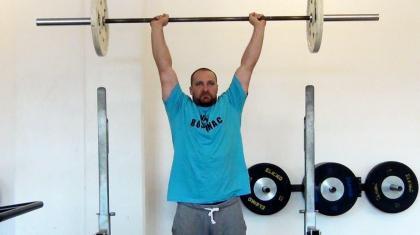 Push press er et pres over hovedet, hvor du kan bruge benene til at skabe momentum.