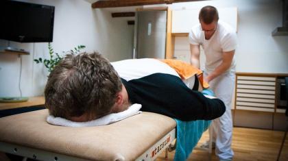 Vores tanker om smerte kommer i høj grad fra de behandlere og sundhedsprofessionelle som vi møder gennem livet.