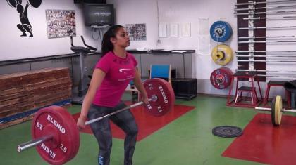 Træk fra hoften er en god øvelse til at lære hurtighed i at komme under stangen.
