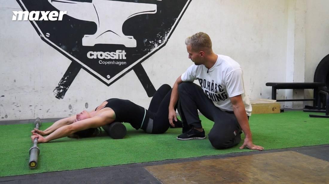 Ved hjælp af en stang og foamroller kan du arbejdet med mobiliteten i både dine øvre ryg og skulder.