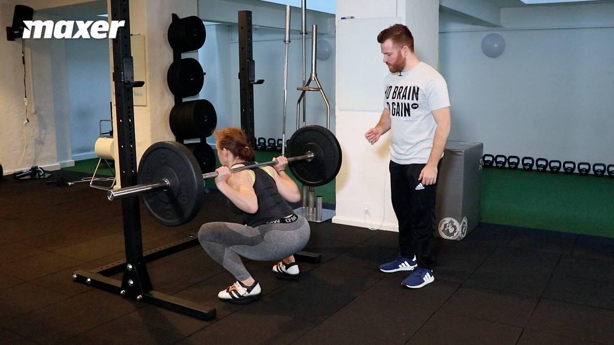 Du kan øve balancen på fødderne i squat ved at stå på små vægtskiver.