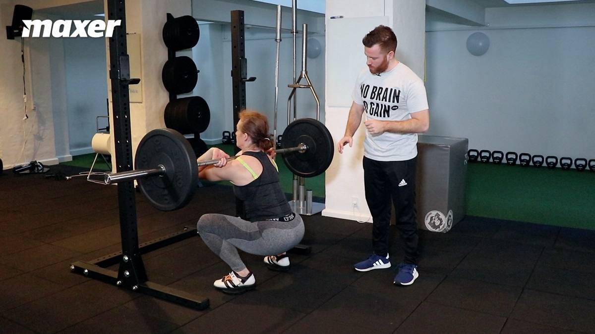 I front squat skal du være meget oprejst med overkroppen og derfor skal du presse dine knæ langt frem.